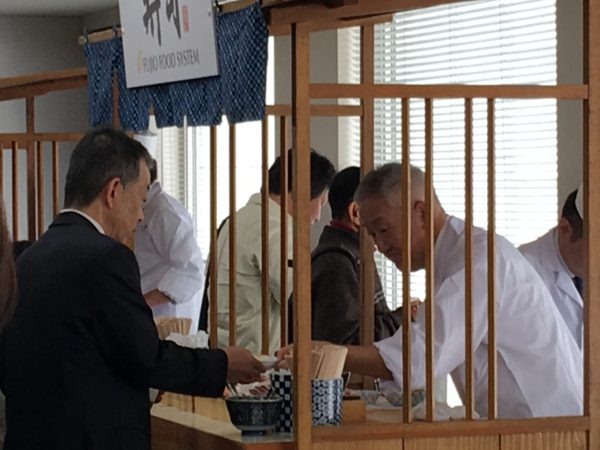 寿司を握る社長
